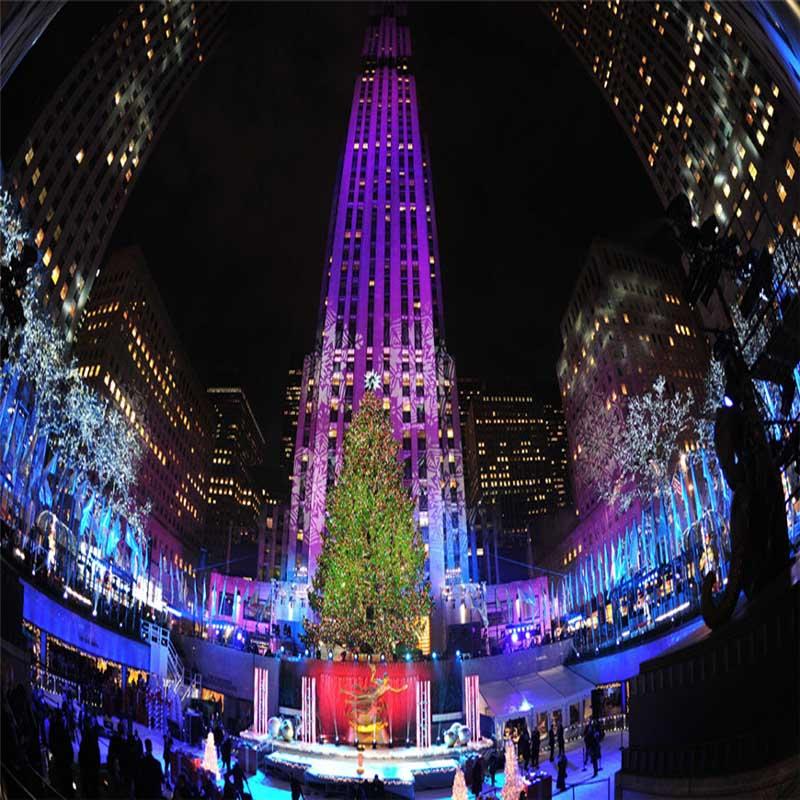 El ambiente festivo es cada vez más fuerte. El árbol de Navidad en Rockefeller Center, Nueva York, está cubierto de luces y ropa colorida.