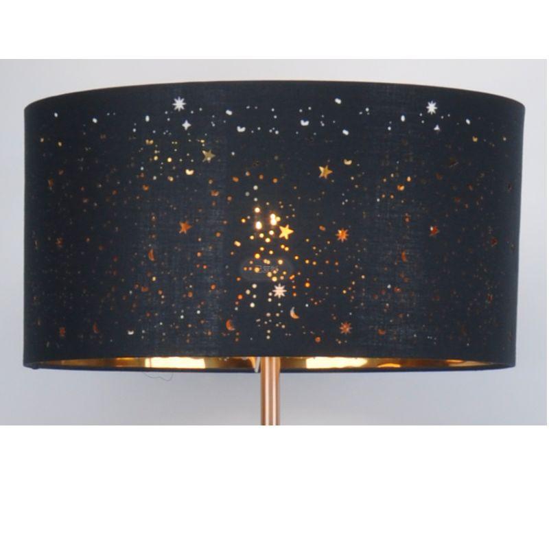 Lámpara de pie con pantalla de tela negra cortada con láser