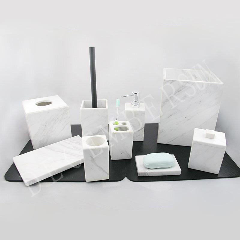 Elegante y elegante conjunto de accesorios de baño de mármol blanco.