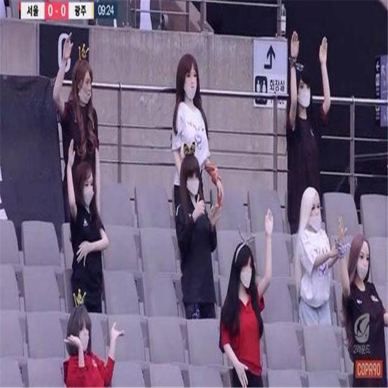 Liga Coreana de fútbol coloca muñecas físicas para crear un ambiente